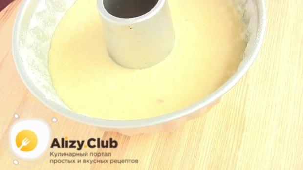 Форму для кекса смазываем подсолнечным маслом, слегка присыпаем мукой