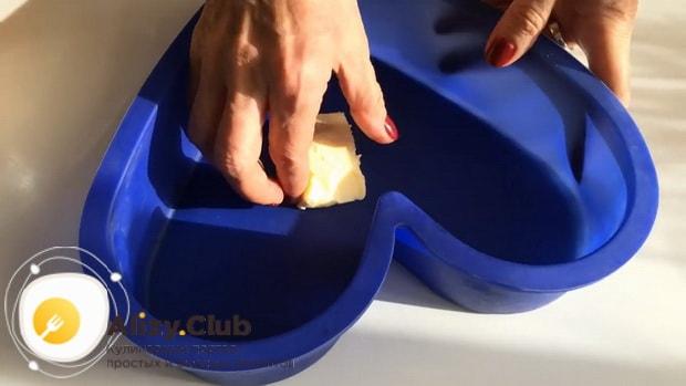 Для приготовления морковного кекса, смажьте форму маслом.