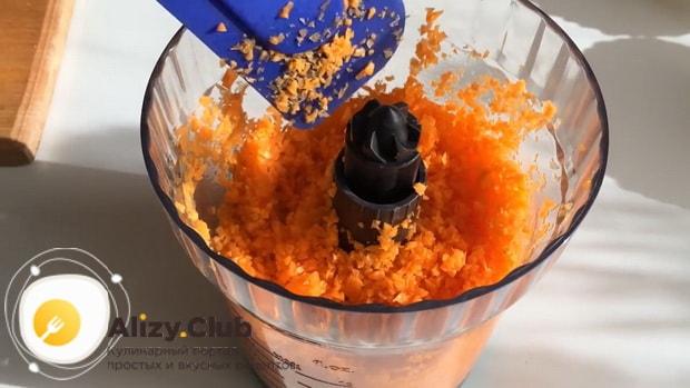 Для приготовления морковного кекса, измельчите ингредиенты.
