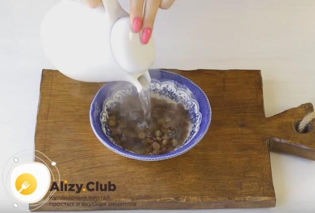 Поскольку мы будем добавлять в тесто изюм, запариваем его кипятком.