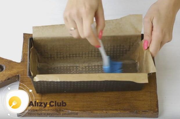 Форму для выпекания застилаем пергаментом и смазываем растительным маслом.