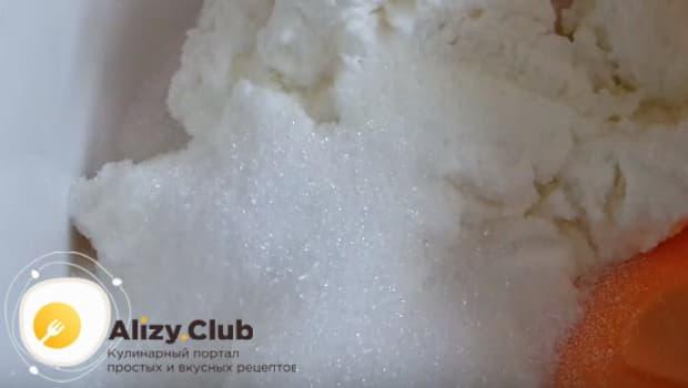 В творог добавляем сахар