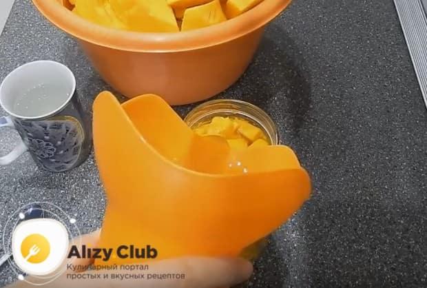 В банку с тыквой заливаем лимонный сок с медом.