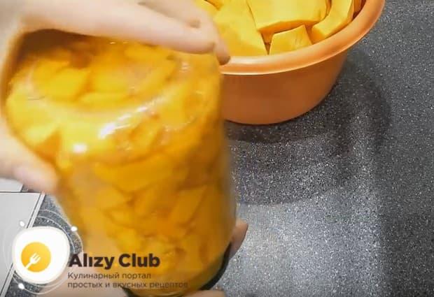 Банку надо хорошо встряхнуть, чтобы мед и лимонный сок распространились по всему напитку.