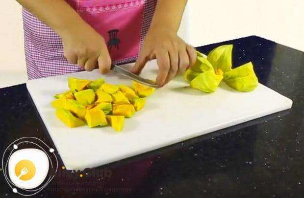 Режем овощ на кусочки.