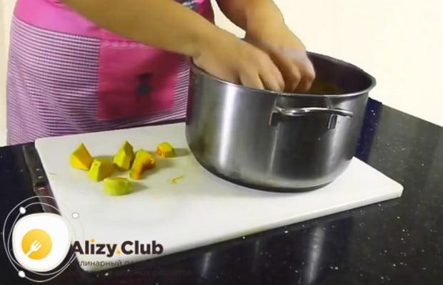 Кусочки тыквы отправляем в кастрюлю с водой.
