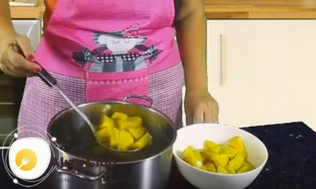 Когда кусочки тыквы будут готовы, вынимаем их и немного остужаем.
