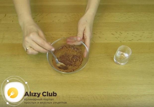 Перемешиваем какао с водой до однородной консистенции.