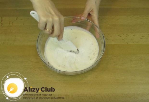 Горячие сливки переливаем в емкость с шоколадом и тщательно перемешиваем массу.