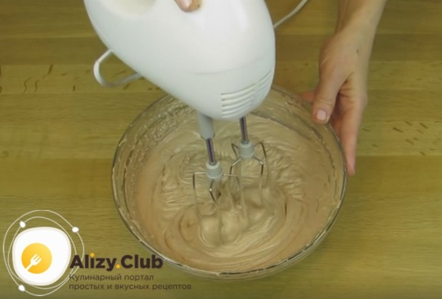 Хорошо охлажденные сливки с шоколадом взбиваем миксером в пышную массу.