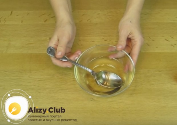Пред тем, как пропитывать сиропом коржи, хорошо охладите его.