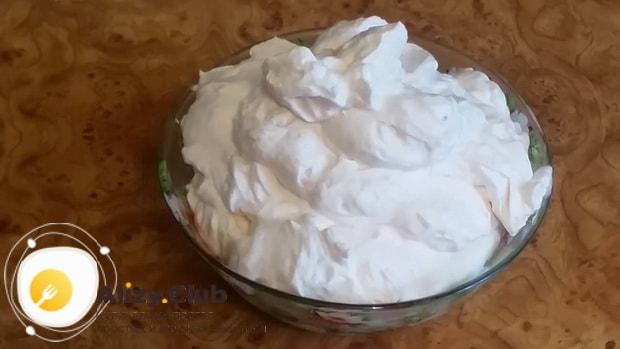 Вкусный крем из сливок и йогурта для торта готов.