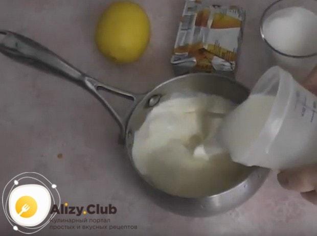 Чтобы приготовить заварной крем с манкой по простому рецепту, заливаем манную крупу молоком и ставим на плиту.