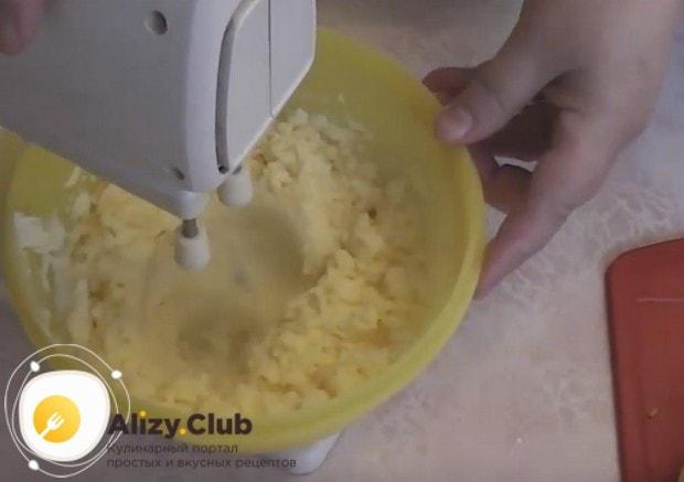 Такой крем для торта готовится из манки и масла, поэтому надо взбить масло с сахаром до побеления.