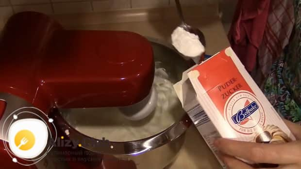 Добавьте сахарную пудру в смесь, для приготовления крема из маскарпоне.