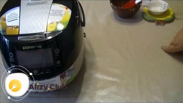 Выставьте нужный режим для приготовления кукурузной каши с тыквой в мультиварке.