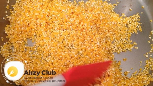 Обжарьте кукурузную крупу для приготовления каши с тыквой.