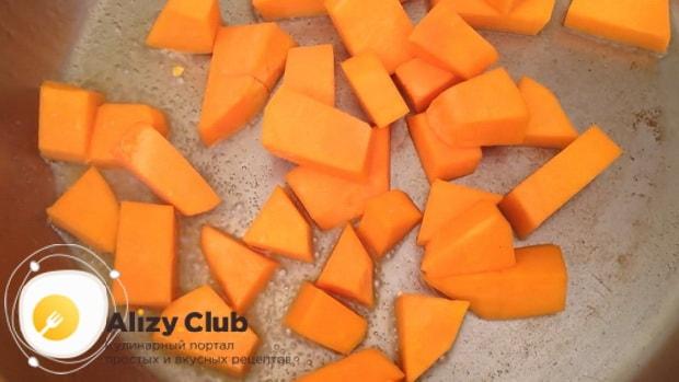 Для приготовления каши из кукурузной крупы с тыквой подготовьте ингредиенты.