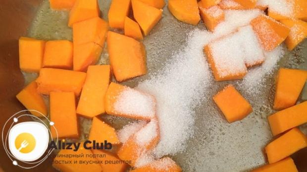 Для приготовления каши из кукурузной крупы с тыквой. добавьте сахар.