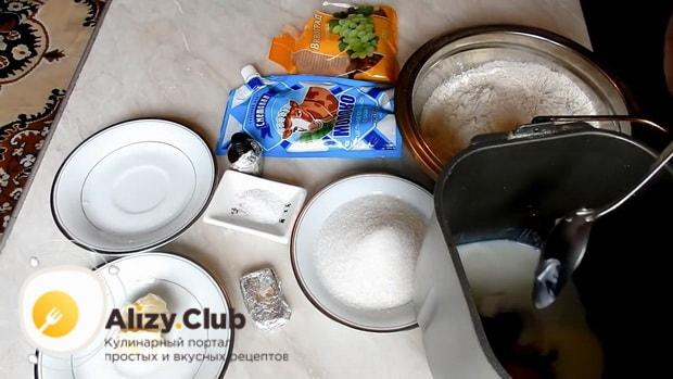 Приготовьте тесто для кулича в хлебопечке