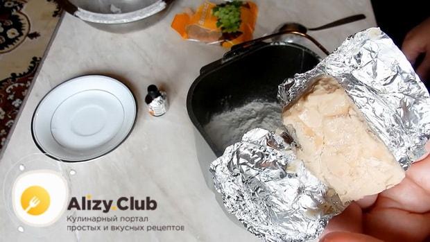Добавьте дрожжи в тесто для приготовления кулича в хлебопечке.