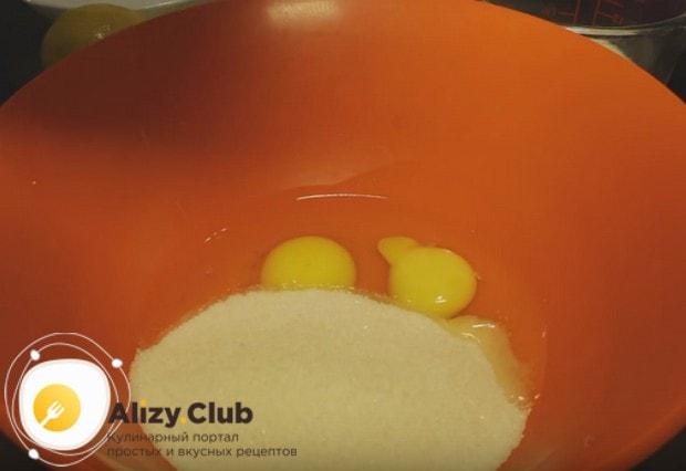 Выбиваем в миску яйца и засыпаем их сахаром.