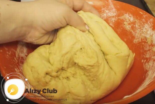 Замешиваем мягкое, слегка липковатое тесто.