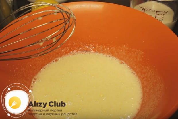 Взбиваем яйца с сахаром при помощи миксера или блендера.