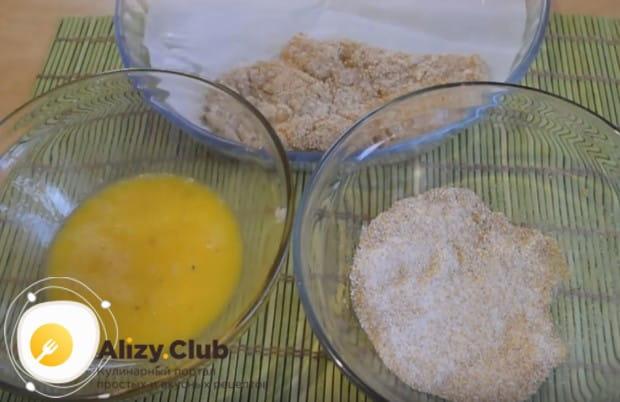 Отбивные из куриной грудки обмакиваем в яйцо, а потом обваливаем в панировочных сухарях.