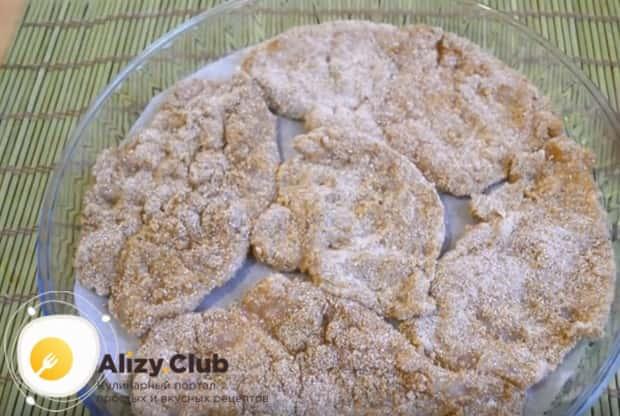 Отправляем наши отбивные из куриного филе в панировочных сухарях в духовку.
