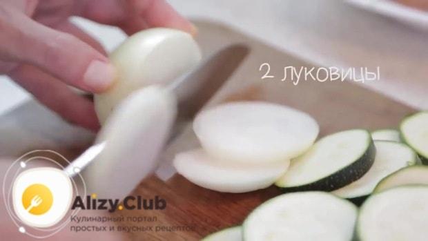 Две луковицы нашинкуем кольцами