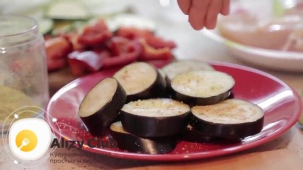 Посыпем нарезанные овощи специями