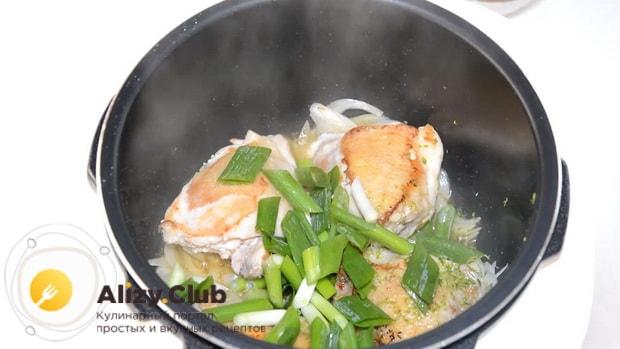 Для приготовления тыквы с мясом в мультиварке добавьте лук
