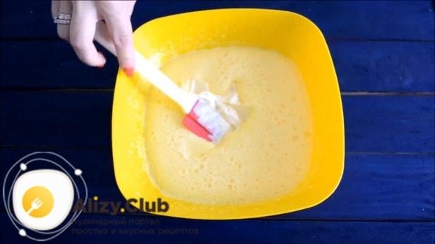 Масляную смесь соединяем с яичной и перемешиваем силиконовой лопаткой