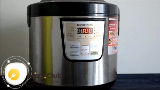 Чашу для мультиварке смазываем сливочным маслом и выкладываем в неё тесто