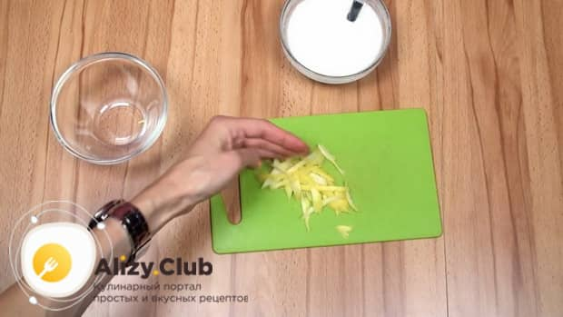 Для приготовления макового кекса нарежьте лимон.