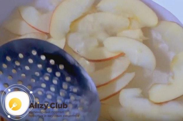 2 минуты бланшируем яблоки, чтобы они стали мягкими.