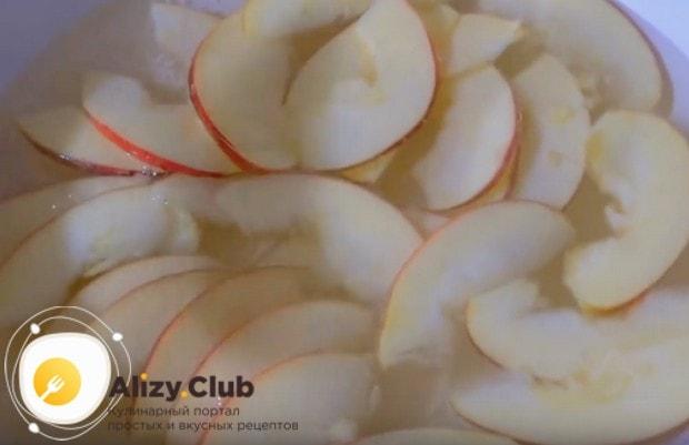 Выкладываем дольки яблок в закипевшую воду.