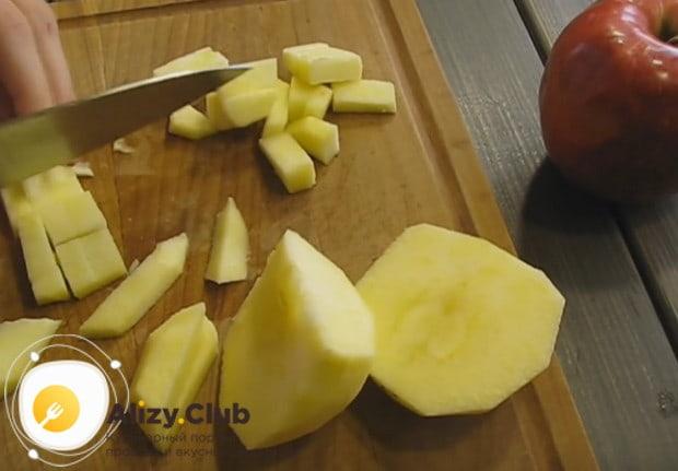 Яблоки очищаем от кожуры и режем на небольшие кусочки.