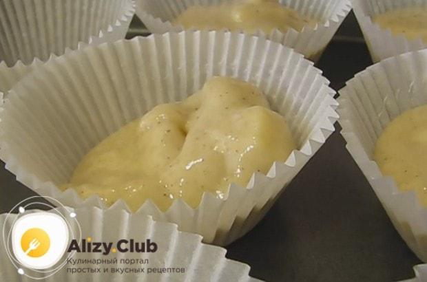Выкладываем тесто в формочки для выпекания.