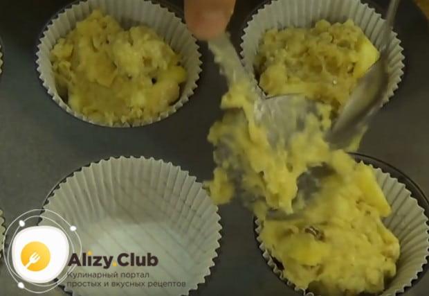 Пользуясь двумя ложками, выкладывем тесто в формочки.
