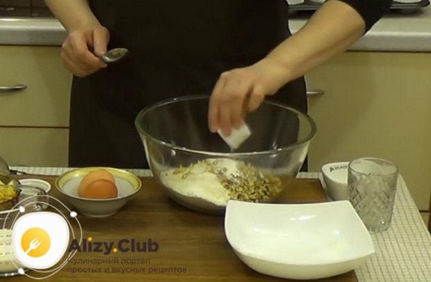 Перемешивае все сухие ингредиенты, включительно с измельченными орехами.