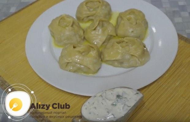 Готовые манты подаем политыми растопленным сливочным маслом с соусами.