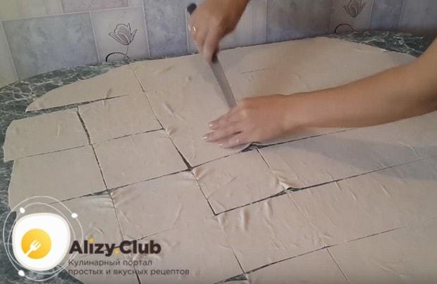 Разрезаем тесто на одинаковые квадратики.
