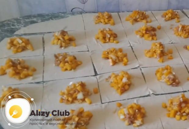 На каждый квадратик теста выкладываем начинку.