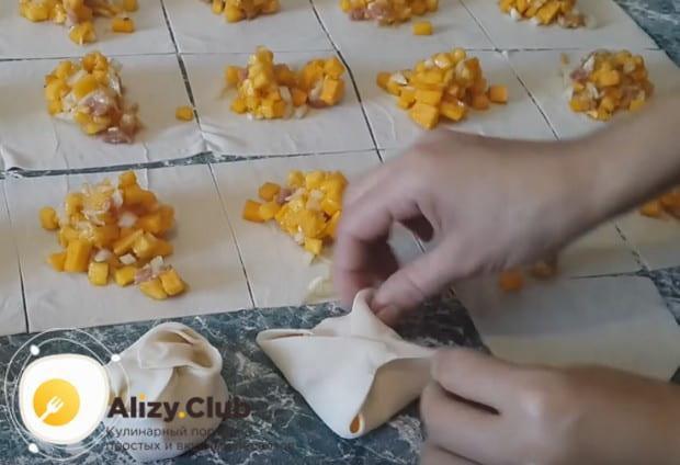 Посмотрите, как правильно сформировать и приготовить манты с тыквой и мясом.