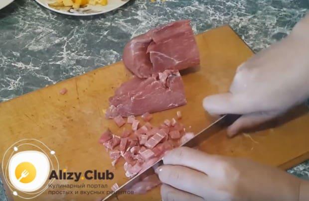 Тыкву и мясо нарезаем как можно мельче.