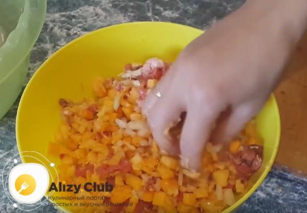Солим и перчим компоненты, перемешиваем, и начинка из тыквы для мантов готова.