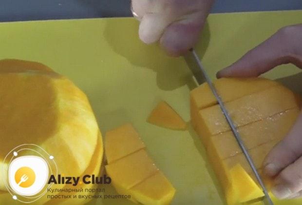 """Чтобы приготовить маринованную тыкву под названием """"Эстонский ананас"""", сначала нарежем кубиками очищенный от кожуры и семян овощ."""