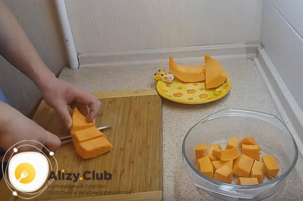 Чтобы приготовить мармелад из тыквы с желатином, сначала реже на кусочки очищенную и помытую тыкву.
